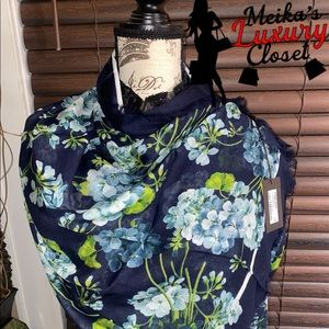 Rare authentic Gucci blooms scarf brand new modal
